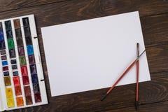 Farben, Bleistifte und Bürsten auf hölzernem zu einem Boden Bildaufbereitung Lizenzfreie Stockbilder