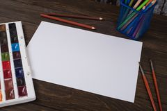 Farben, Bleistifte und Bürsten auf hölzernem zu einem Boden Bildaufbereitung Stockfotos
