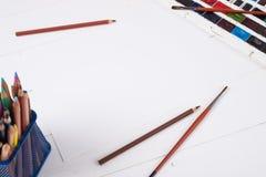 Farben, Bleistifte und Bürsten auf hölzernem zu einem Boden Bildaufbereitung Stockfoto