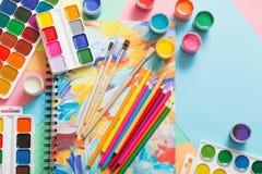 Farben, Bleistifte und Bürsten auf Papier Stockfoto