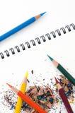 Farben-Bleistifte und Schnitzel Lizenzfreies Stockbild
