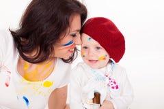 Farben der Mutter und des kleinen Jungen, wenn Sie gemalt werden Stockfotos