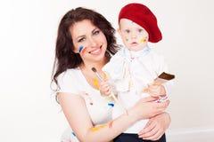 Farben der Mutter und des kleinen Jungen, wenn Sie gemalt werden stockfoto