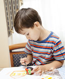 Farben des kleinen Jungen Stockfoto