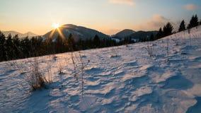 Farben des Sonnenuntergangabends im Transportwagenschuß Zeitspanne Land des verschneiten Winters stock video footage