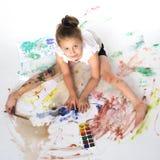 Farben eines kleinen Mädchens mit Farbe und Bürste Stockbilder