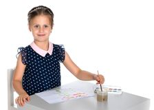 Farben eines kleinen Mädchens mit Farbe und Bürste Stockfotos