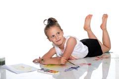 Farben eines kleinen Mädchens mit Farbe und Bürste Stockfotografie
