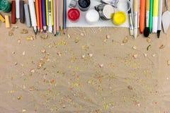 Farben, Kreiden, Bleistifte und Malerpinsel auf Künstlerarbeitsplatz-BAC Stockfotografie