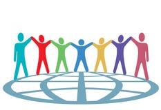 Farben-Leute halten Hände und Arme oben auf Kugel an Stockfotografie