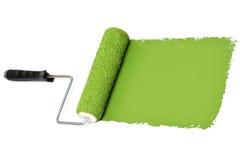Farben-Rolle über weißer Wand lizenzfreie stockbilder
