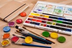 Farben und Bürsten Stockfoto