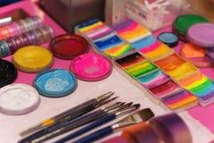 Farben und Bürsten für Kind-` s Make-up, für Kinder Lizenzfreies Stockfoto