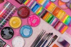 Farben und Bürsten für Kind-` s Make-up, für Kinder Lizenzfreie Stockbilder