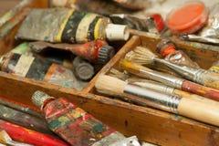 Farben und Bürstenkunstversorgungen im Malereistudio Stockfoto
