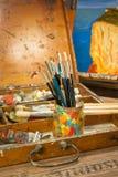 Farben und Bürstenkunstversorgungen im Malereistudio Lizenzfreie Stockfotografie