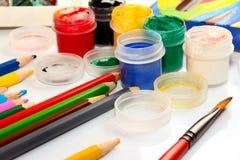 Farben und Bleistifte auf weißem Hintergrund Lizenzfreie Stockbilder