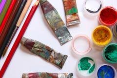 Farben und Bleistifte auf weißem Hintergrund Stockfotos