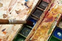 Farben und kindisches Malzeug, Aquarelle und Bürsten, Wasserfarbfarben Stockfoto