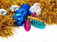 Farben-Weihnachtskugel- und -spielwarenhintergrund Lizenzfreie Stockfotos
