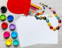 Farben, Zeichenstifte, das Papier, malend stellt ein Stockbilder