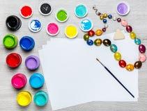 Farben, Zeichenstifte, das Papier, malend stellt ein Lizenzfreie Stockfotografie