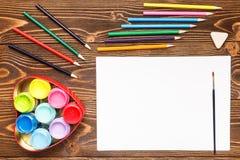 Farben, Zeichenstifte, das Papier, malend stellt ein Stockfoto