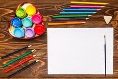 Farben, Zeichenstifte, das Papier, malend stellt ein Lizenzfreies Stockfoto