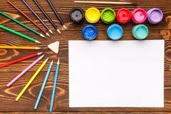 Farben, Zeichenstifte, das Papier, malend stellt ein Stockbild