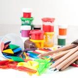 Farben, Zeichenstifte, färbten Bleistifte, die Scheren der Kinder Stockbild