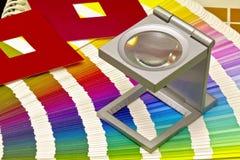 Farbenanleitung für Versatzdruck auf schwarzem blackground Lizenzfreie Stockbilder