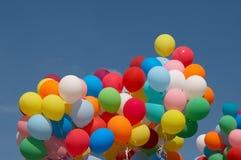 Farbenballone in tiefem blauem Himmel 3 Stockfotos