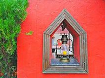 Farbenbaumgrüns der Entwurfslaterne der Entwurfsterrassenmalerei des hölzernen rote helle kreative Lampenbirne gelb stockfotografie