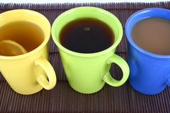 Farbenbecher (mit Tee und Kaffee Stockbild