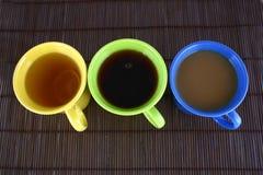 Farbenbecher (mit Tee und Kaffee Lizenzfreies Stockbild