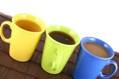 Farbenbecher (mit Tee und Kaffee Lizenzfreie Stockfotos