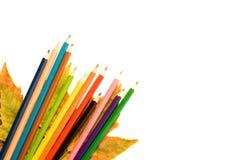 Farbenbleistift mit herbstlichem Blatt. Lizenzfreie Stockfotografie