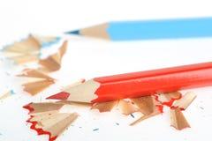 Farbenbleistift und -bleistiftspitzer mit einem Rasieren Lizenzfreie Stockfotografie