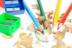 Farbenbleistift und -bleistiftspitzer mit einem Rasieren Stockfotos