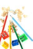 Farbenbleistift und -bleistiftspitzer mit einem Rasieren Lizenzfreie Stockbilder