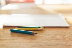 Farbenbleistift und -notizbuch Lizenzfreies Stockfoto