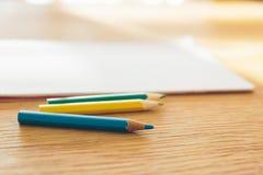 Farbenbleistift und -notizbuch Stockfotos