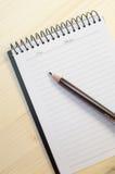 Farbenbleistift und -notizbuch Stock Abbildung