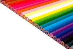 Farbenbleistifte auf dem weißen Hintergrund Stockfotos
