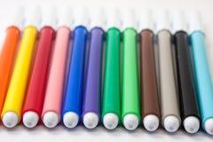 Farbenbleistifte auf einem weißen Hintergrund Lizenzfreie Stockfotografie