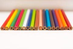 Farbenbleistifte auf einem weißen Hintergrund Stockfotografie