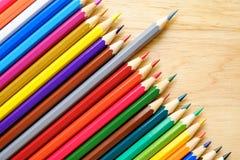 Farbenbleistifte auf hölzernem Hintergrund Stockfotografie