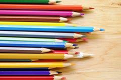 Farbenbleistifte auf hölzernem Hintergrund Lizenzfreie Stockbilder