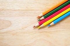 Farbenbleistifte auf hölzernem Hintergrund Lizenzfreie Stockfotografie