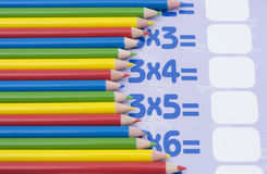 Farbenbleistifte auf Mathe Lizenzfreies Stockbild